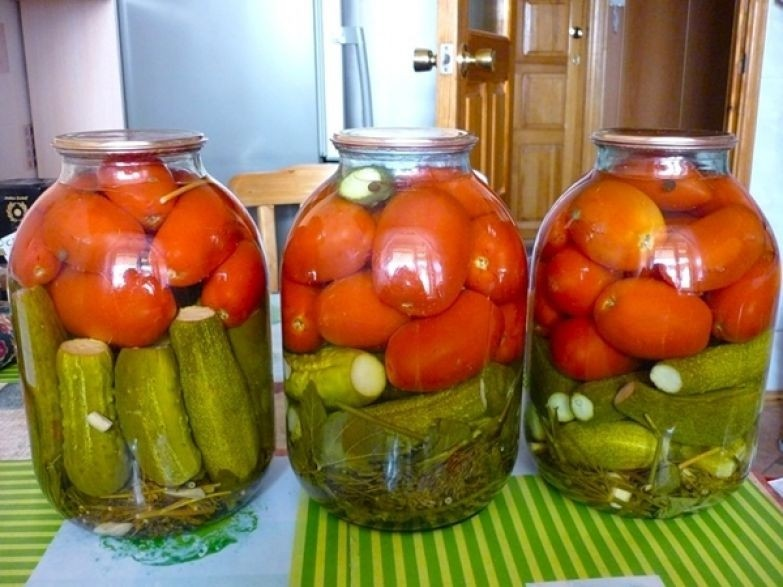 Консервированные огурцы с помидорами ассорти