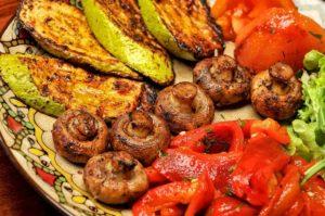 Запеченные на гриле овощи с грибами