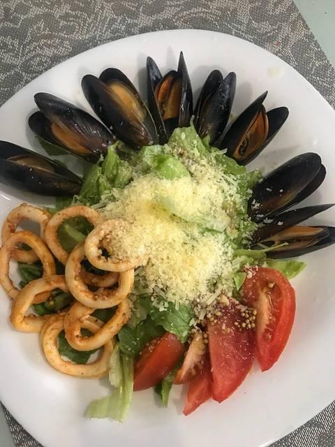 Салат с мидиями и кольцами кальмара