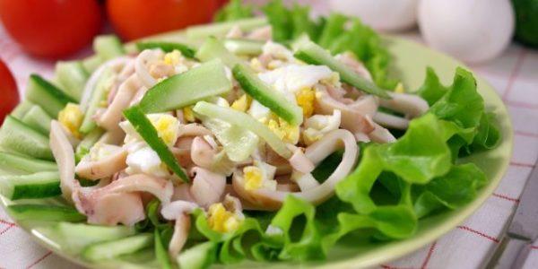 Салат с кальмарами и пикантной заправкой