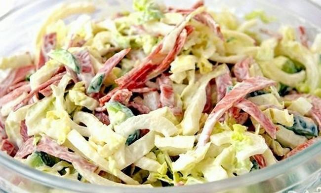 Салат с сырокопченой колбасой и белокочанной капустой