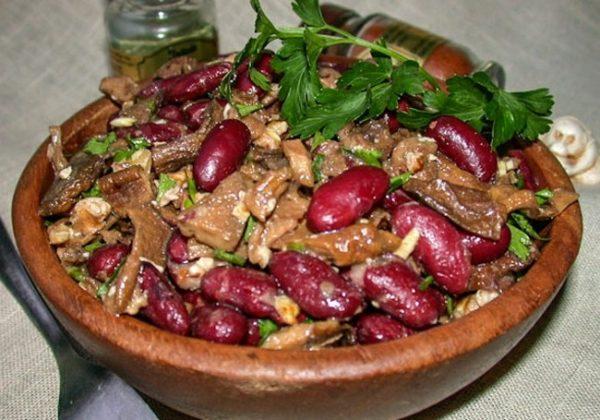 Салат с печенью, грибами и фасолью