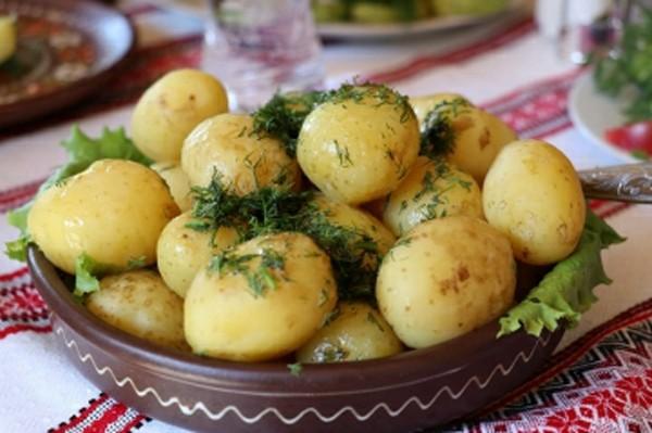 молодой картофель в топленом масле