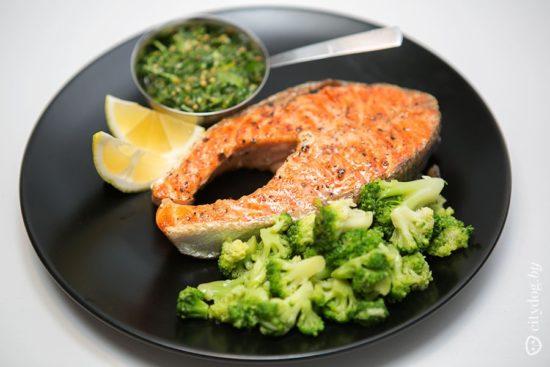 Жареная рыба и гарнир из брокколи