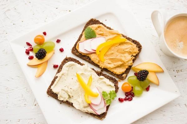 хлебец с хумусом и овощами