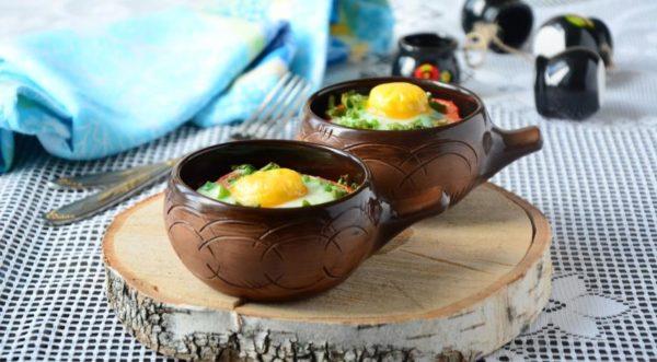 Яйца, запеченные в горшочке