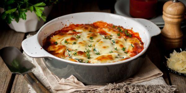 Запеканка с макаронами, творогом и томатным соусом