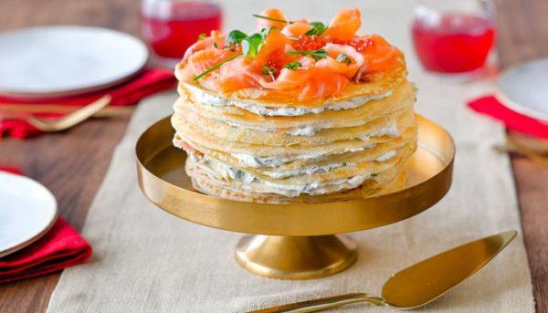 Закусочный блинный торт с красной рыбой и маскарпоне