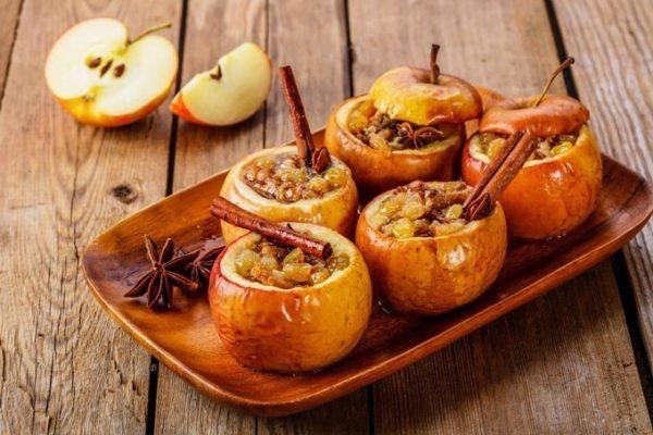 Запеченные яблоки с сухофруктами и орехами