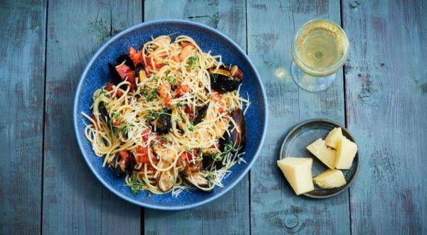 Спагетти с мидиями и свежими помидорами