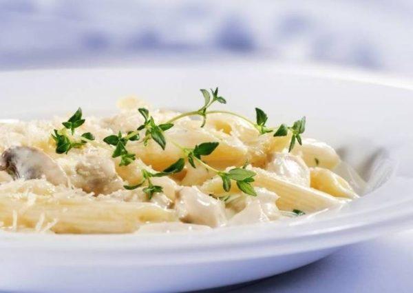 «Бантики» с сосисками в сливочном соусе