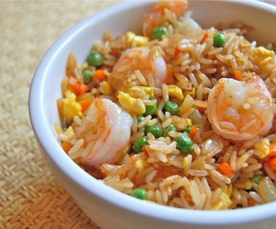 Креветки с рисом и зеленым горошком