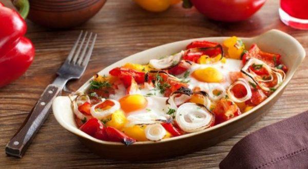 Запеченные яйца с помидорами, сыром и зеленью