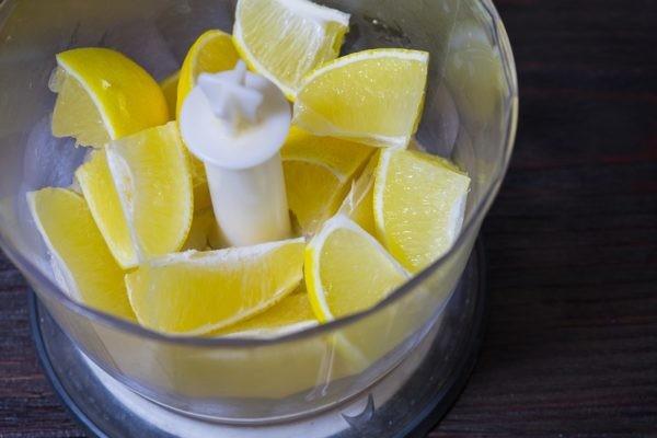 Лимон очисти от цедры и измельчи в блендере