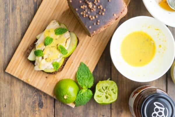 Бородинский тост со скумбрией и яблоками