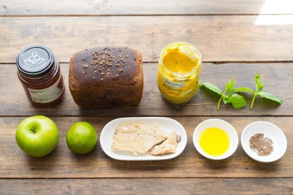 бородинский хлеб, яблоки и подготовленное филе скумбрии