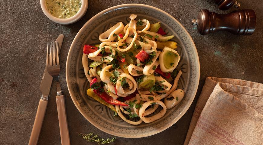 Кальмары с овощами и луковым соусом