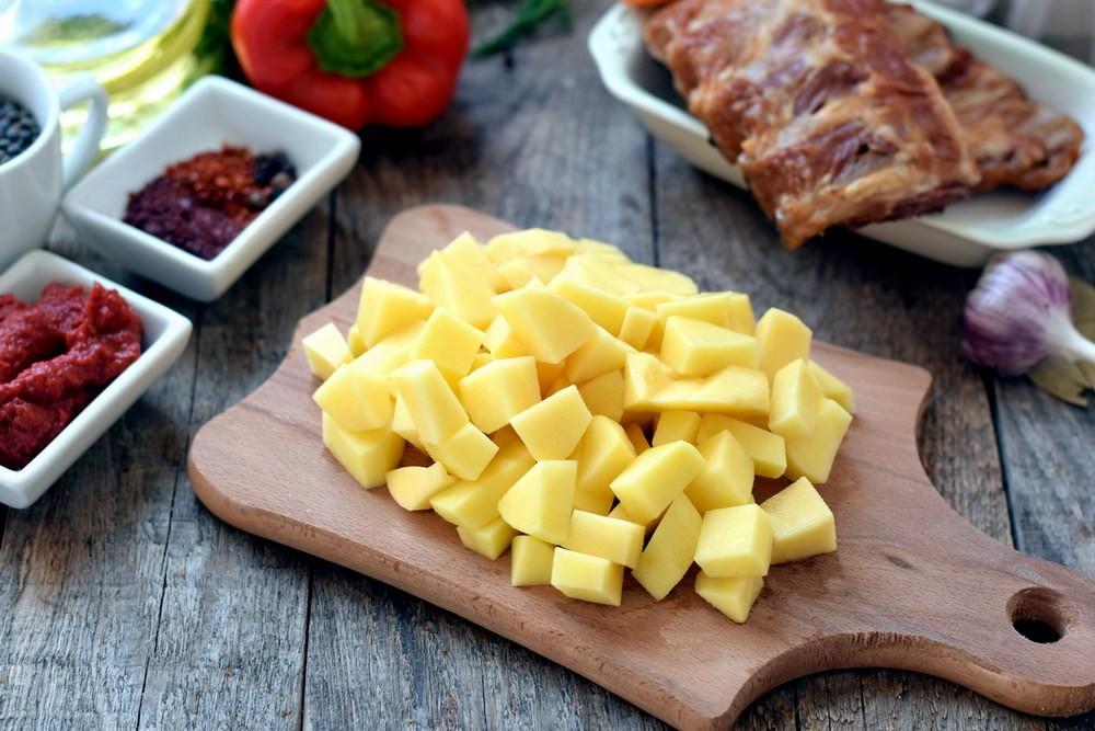 Нарезать картофель кубиком