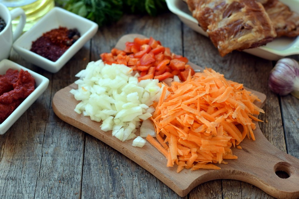 Нарезать лук, морковь и перец