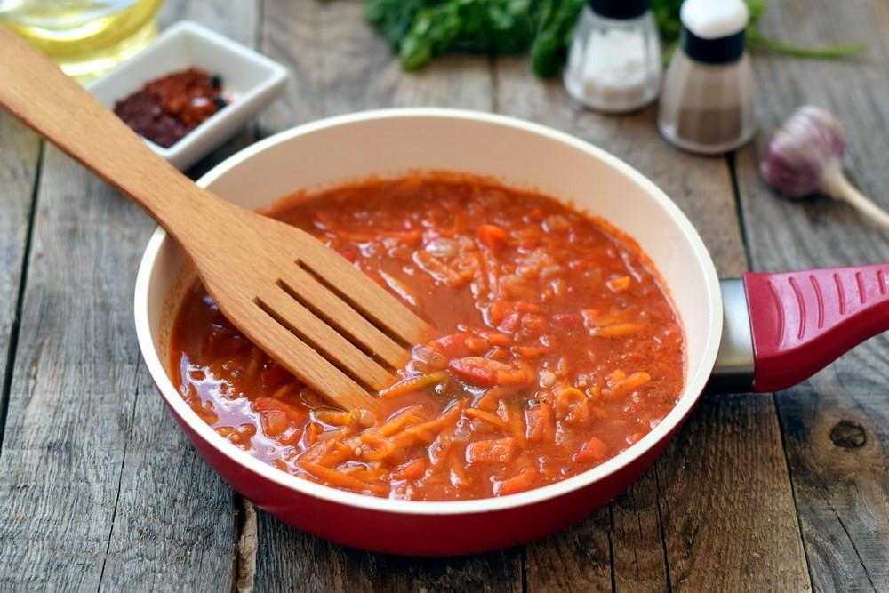 Подготовить зажарку для суп с чечевицей