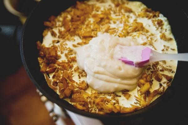 Влить в сковороду сливки и молоко, добавить мучную затирку