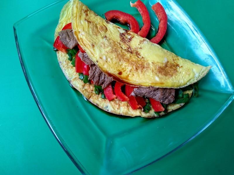 Тёплый салат с говядиной в омлете
