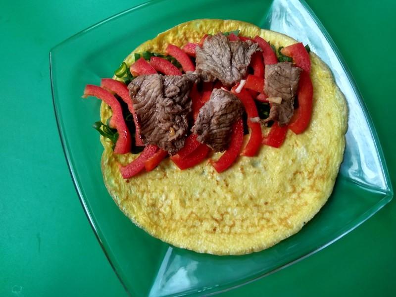 салат с говядиной в омлете 10