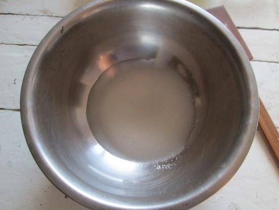 Соединяем 1/3 ст. воды с 2 ст. л. сахара