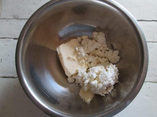 творог смешиваем с маслом