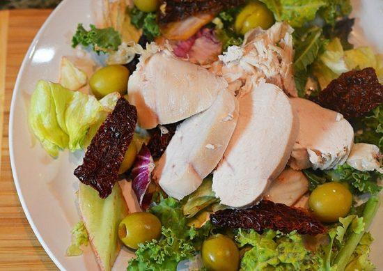 Итальянский салат с курицей под горчичной заправкой