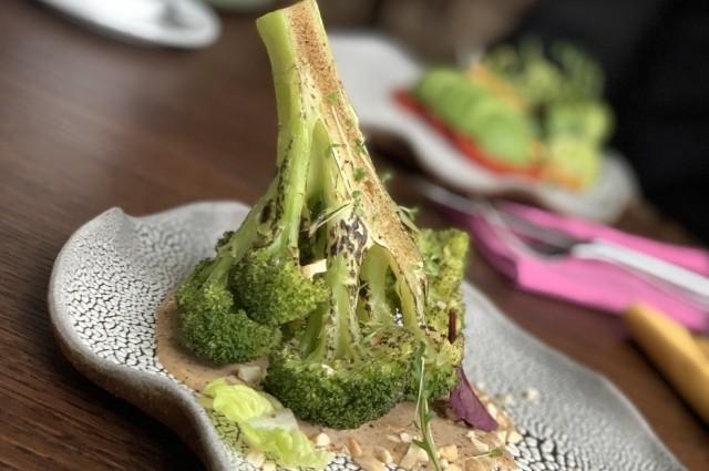 Брокколи с острым ореховым соусом