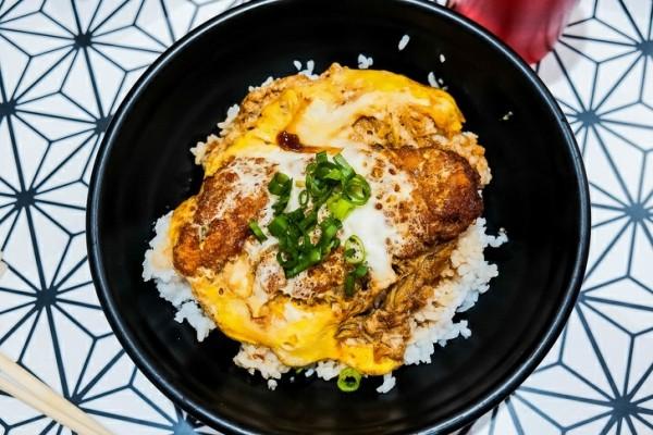 Кацудон — традиционная свиная отбивная с рисом и соусом