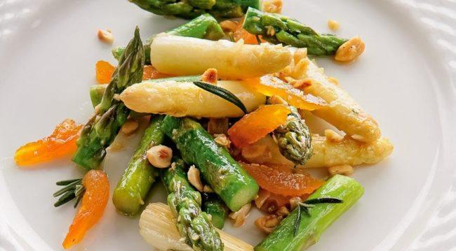 Теплый салат из спаржи с курагой