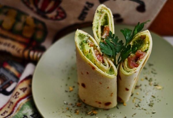 Тортилья с семгой и авокадо