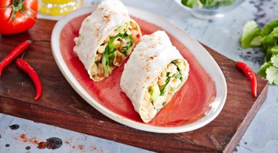 Рулеты из тортильи с салатом из фасоли и авокадо