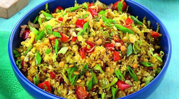 Салат из киноа и чечевицы с брюссельской капустой