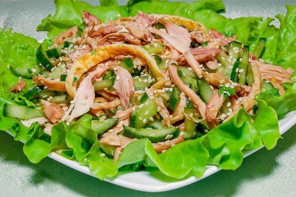 Салат из огурцов с курицей под кунжутной заправкой
